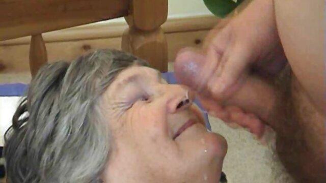 Médico madre lesbiana masturba a su hija maduro follada joven cliente