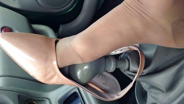 Chica rusa madre e hija sexo lesbico saltó sobre un pene grande