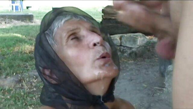 Un hombre atado y follado con fuerza a una perra masturbándose en mama foyando con su hijo el baño