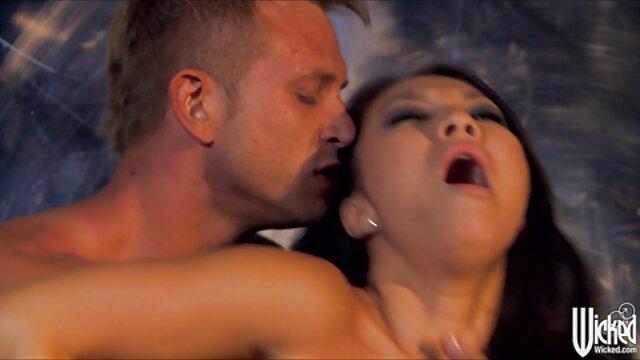 Dama cachonda tiene porno mama papa un pene grueso en el pasaje anal