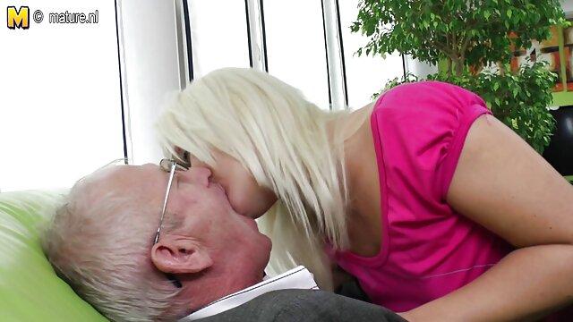 Las vacaciones de verano madre lesbiana masturba a su hija no están completas sin sexo
