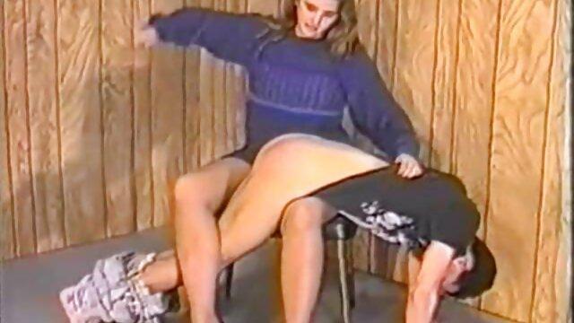 Linda chica se masturba en la cocina y vierte orina sobre la mesa incesto de madres e hijos