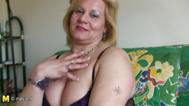 La rubia tuvo sexo en la entrada de follando a mama e hija la casa